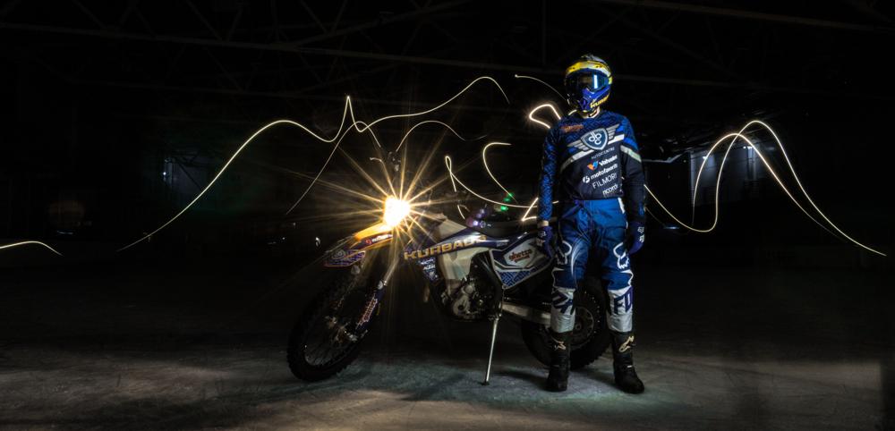 Kurbads ledus hallē tiks veikts mēģinājums apvienot neapvienojamo – motosportu ar hokeju