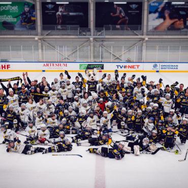 Hokeja klubs svin Ziemassvētkus!