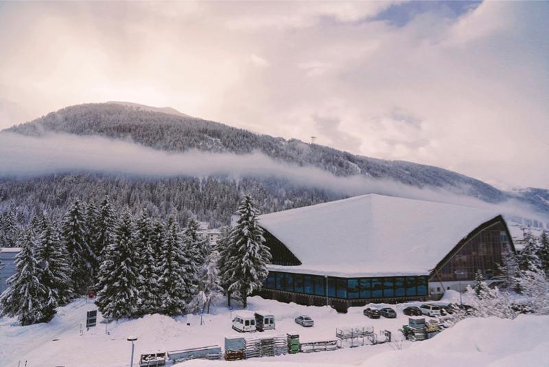 Viesojamies pie nometnes vadītāja Harija Vītoliņā Davosā